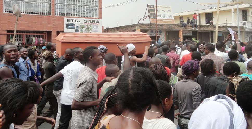 """Les manifestants transportant le Cerceuil représentatif du corps de """"Kagame"""""""