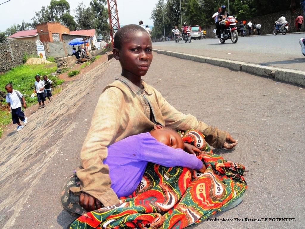 Eric et son frère le long d'une route à Goma