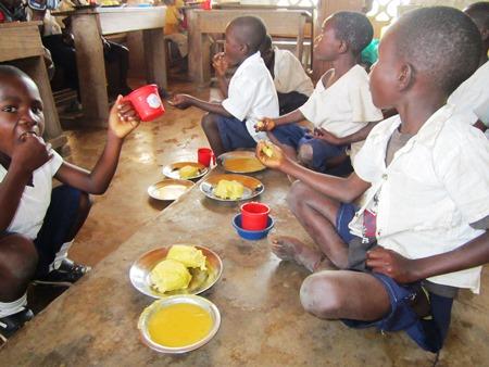 Les élèves mangent après quelques heures de cours