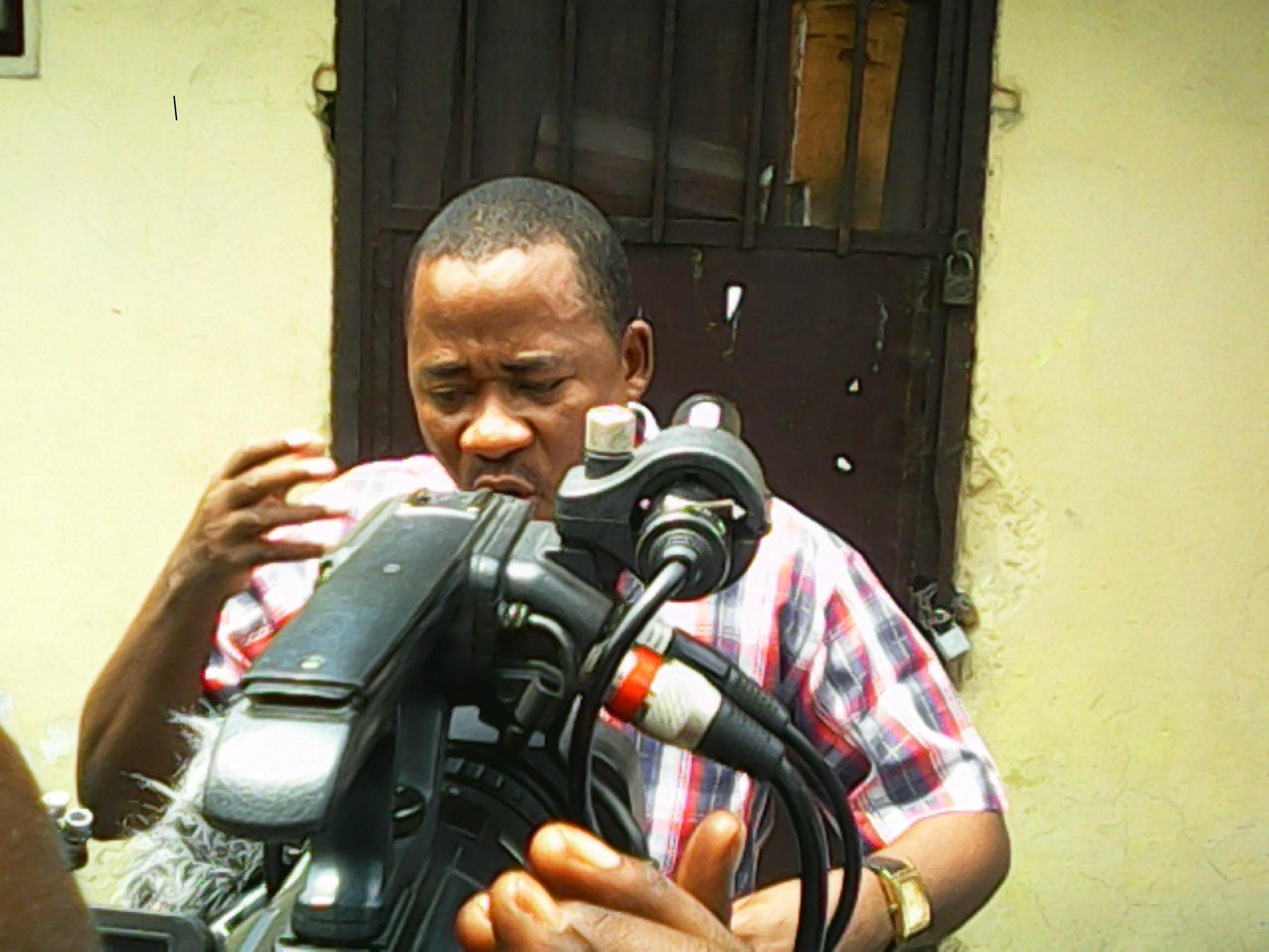 Le Coordonnateur de la NSCC, Jonas Tshiombela, devant les journalistes