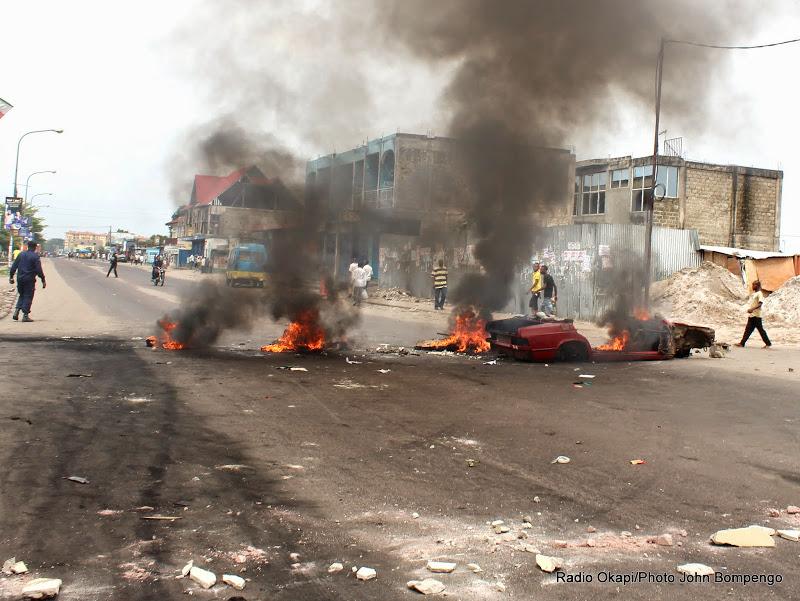 les manifestants barricadent la route