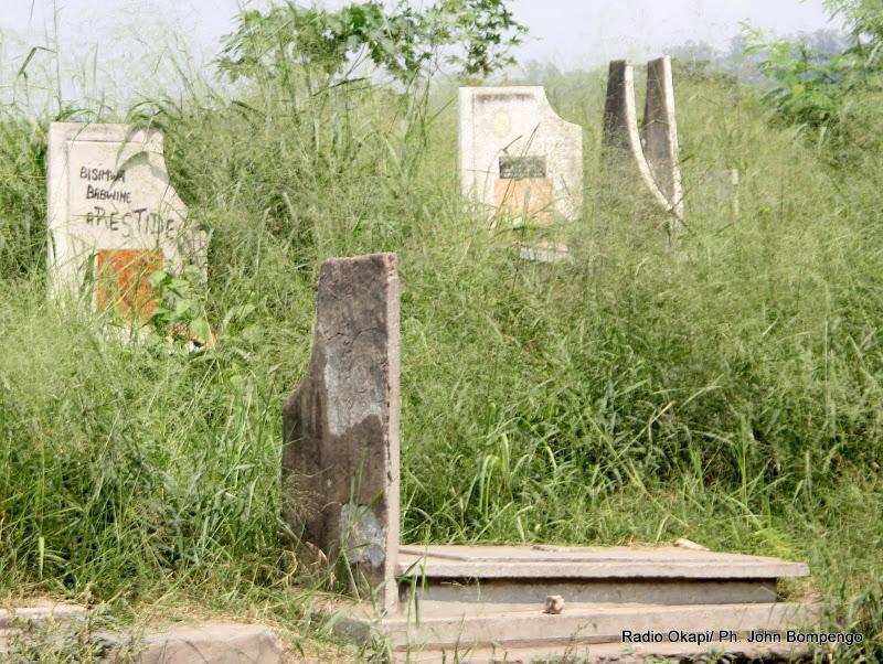 Des tombes au cimetière de Kintambo