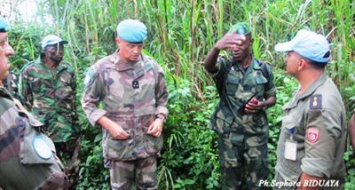 Le général Baillaud, en compagnie des officiers des FARDC à WXalikale, dans les opérations SokolaII