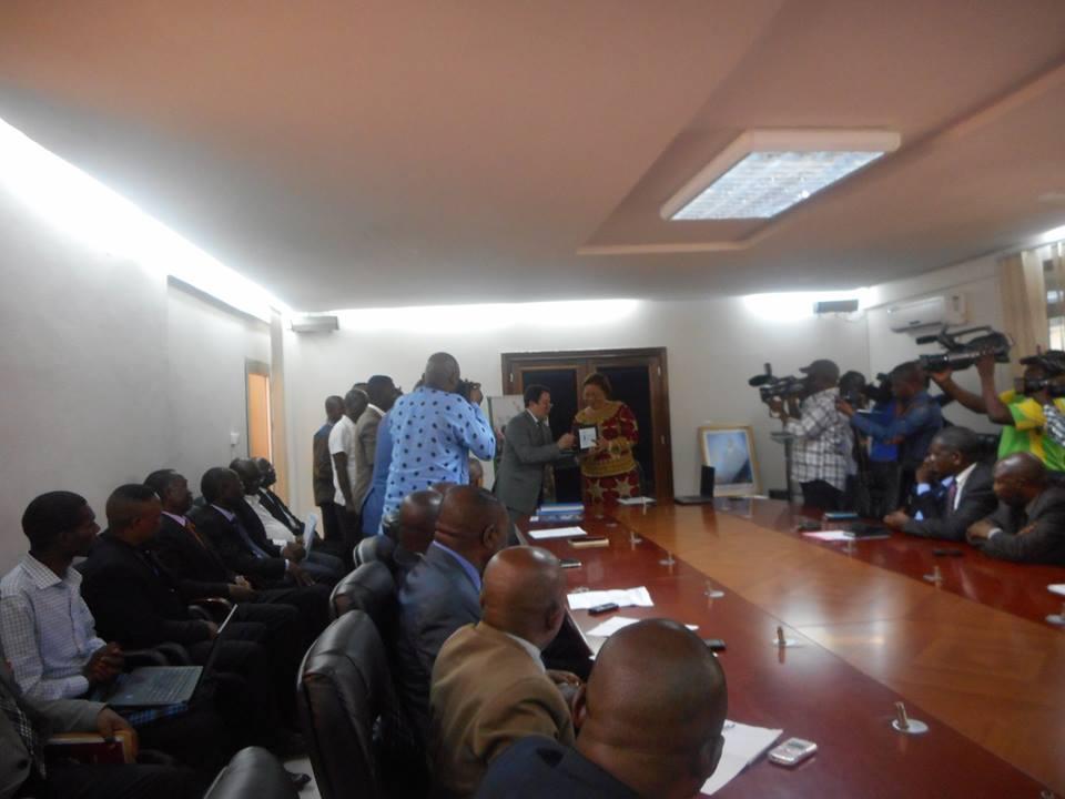 Devant l'auditoire, le Représentant du PAM remettant les matériels à la Vice-ministre de l'Intérieur