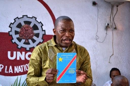 Le professeur André Mbata brandit la Constitution de la RDC