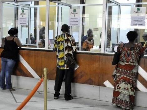 Les clients devant les guichets d'une banque à Kinshasa