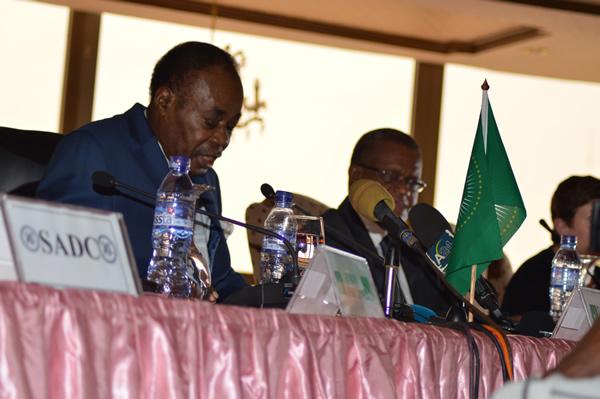 Le Facilitateur Edem Kodjo entouré du Groupe de soutien au Dialogue